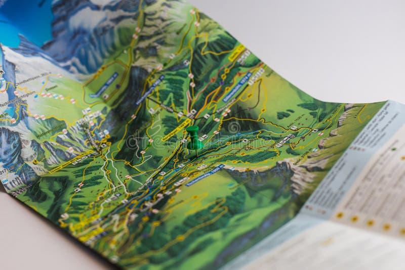 Η πράσινη καρφίτσα χαρακτηρίζει μια θέση ενός προορισμού σε έναν χάρτη στοκ φωτογραφία με δικαίωμα ελεύθερης χρήσης