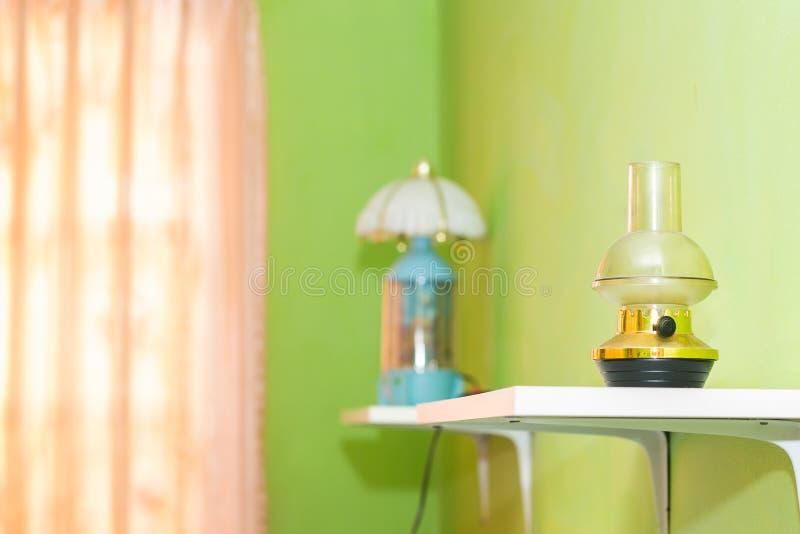 η πράσινη κρεβατοκάμαρα και η ρόδινη κουρτίνα έχουν τους λαμπτήρες και το κρεβάτι με το mattresse στοκ φωτογραφία με δικαίωμα ελεύθερης χρήσης