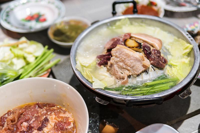 Η προετοιμασία τροφίμων και στη σχάρα είναι χοιρινό κρέας και συκώτι χοιρινού κρέατος, καθώς επίσης και διάφορα λαχανικά στοκ φωτογραφία με δικαίωμα ελεύθερης χρήσης