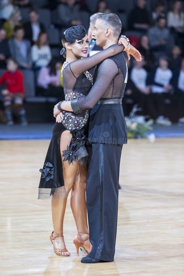 Η προκλητική κυρία του επαγγελματικού ζεύγους χορού εκτελεί το λατινοαμερικάνικο πρόγραμμα νεολαίας στοκ φωτογραφίες