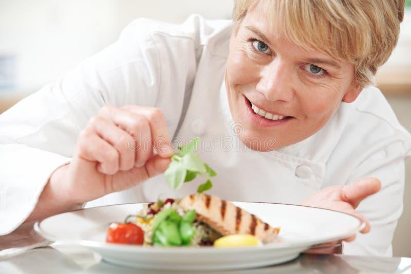 Η προσθήκη αρχιμαγείρων διακοσμεί στο γεύμα στην κουζίνα εστιατορίων στοκ εικόνες με δικαίωμα ελεύθερης χρήσης