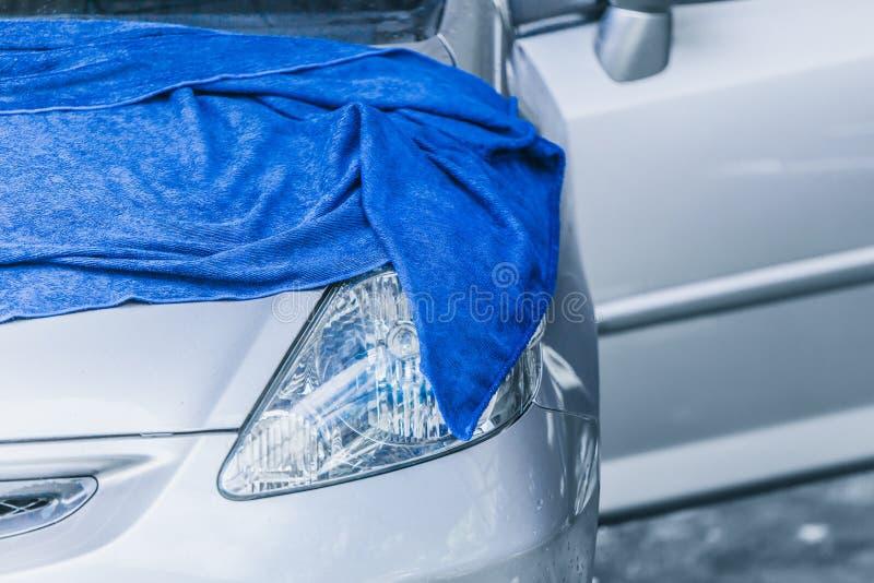 Η προσοχή αυτοκινήτων σκουπίζει καθαρό ξηρό με το ύφασμα microfiber στοκ φωτογραφίες