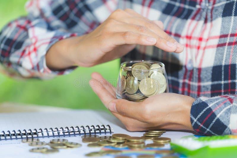 Η προστασία αποταμίευσης, προστατεύει τα χρήματα, κλείνει επάνω των θηλυκών χεριών ομο στοκ εικόνες