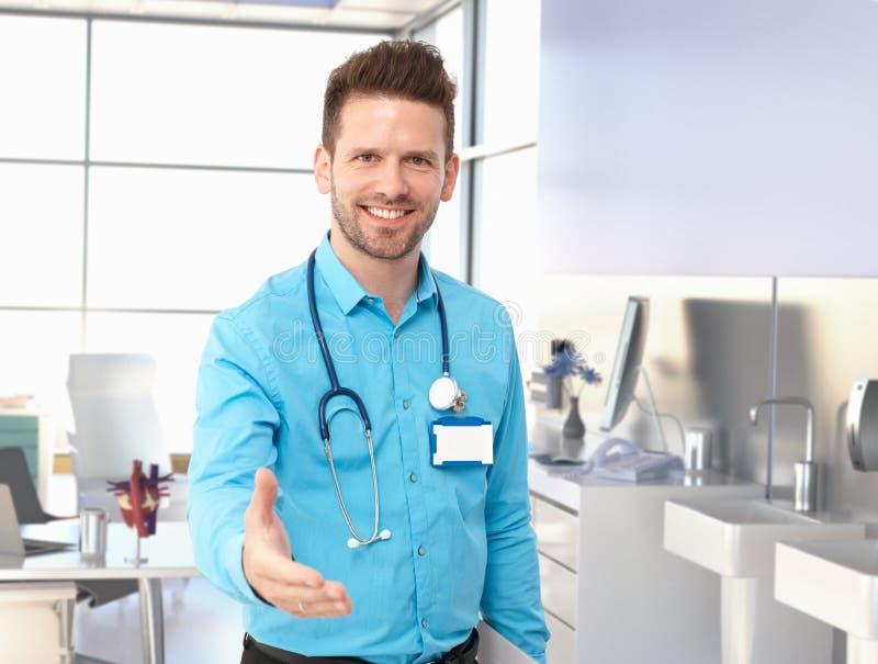Η προσφορά γιατρών χαμόγελου παραδίδει το δωμάτιο διαγωνισμών στοκ φωτογραφία με δικαίωμα ελεύθερης χρήσης