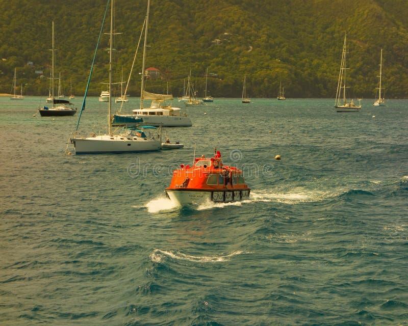 Η προσφορά ενός σκάφους που μάχεται την μπριζόλα στον κόλπο ναυαρχείου, Bequia στοκ εικόνα