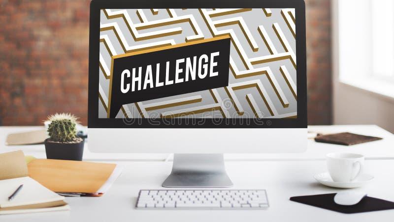 Η πρόκληση αναλύει την περίπλοκη έννοια λαβυρίνθου στοκ εικόνα με δικαίωμα ελεύθερης χρήσης