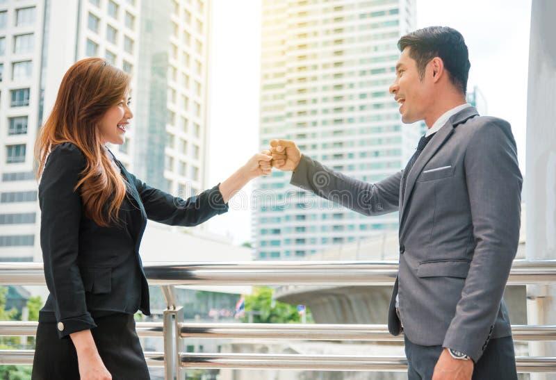 Η πρόσκρουση πυγμών επιχειρηματιών και επιχειρηματιών μαζί, επιχειρησιακή έννοια, συνεργάζεται έννοια στοκ εικόνα με δικαίωμα ελεύθερης χρήσης