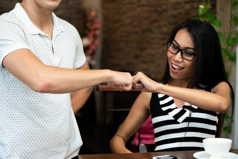Η πρόσκρουση πυγμών μεταξύ τους είναι ένα simbol για το καλύτερο φίλο στοκ εικόνες