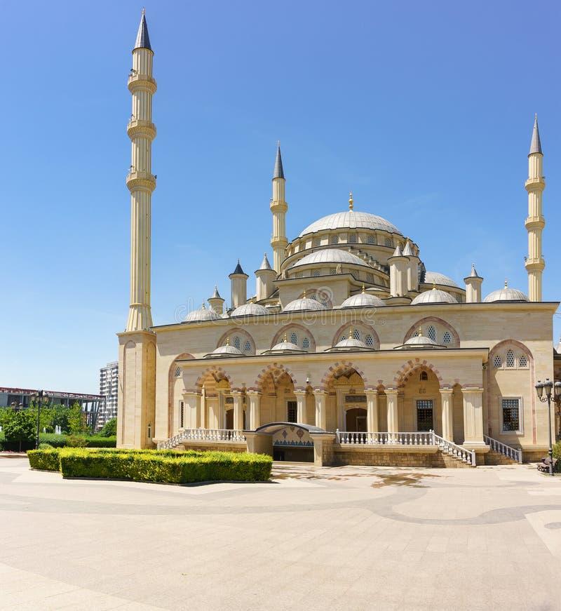 Η πρόσοψη του μουσουλμανικού τεμένους η καρδιά Τσετσενίας που ονομάζεται μετά από Akhmat Kadyrov μια ηλιόλουστη θερινή ημέρα Ένα  στοκ εικόνες