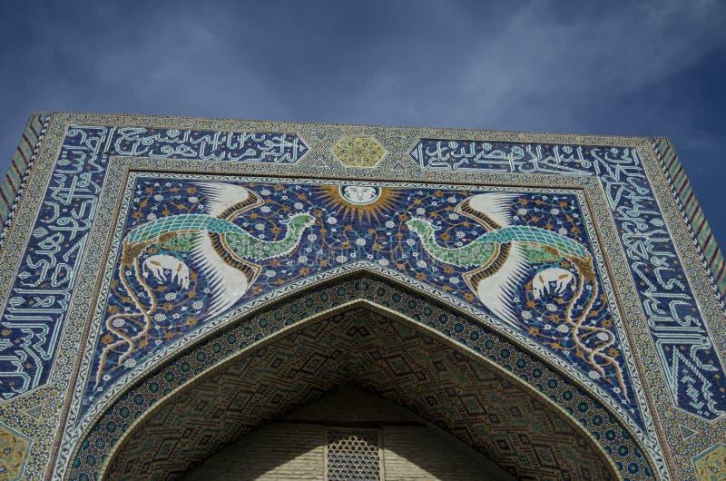Η πρόσοψη του ναδίρ ντιβάνι-Beghi madrasah είναι διακοσμημένη με πολυ στοκ φωτογραφία με δικαίωμα ελεύθερης χρήσης