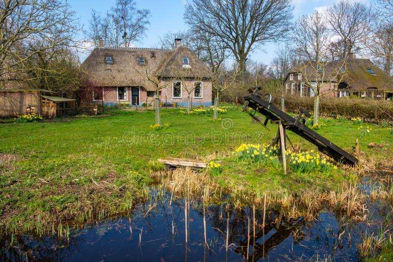 Η πρόωρη άποψη άνοιξη σχετικά με Giethoorn, Κάτω Χώρες, ένα παραδοσιακό ολλανδικό χωριό με τα κανάλια και αγροτικός τα αγροτικά σ στοκ φωτογραφίες