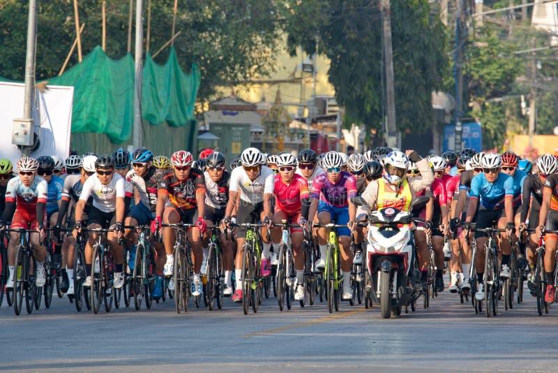 Η πρώτη πλευρά της ομάδας ποδηλατών αθλητών πριν τον διαγωνισμό Ο κυλιόμενος γύρος στοκ φωτογραφία με δικαίωμα ελεύθερης χρήσης