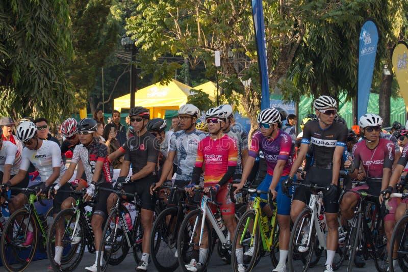 Η πρώτη πλευρά της ομάδας ποδηλατών αθλητών πριν τον διαγωνισμό στοκ εικόνες με δικαίωμα ελεύθερης χρήσης