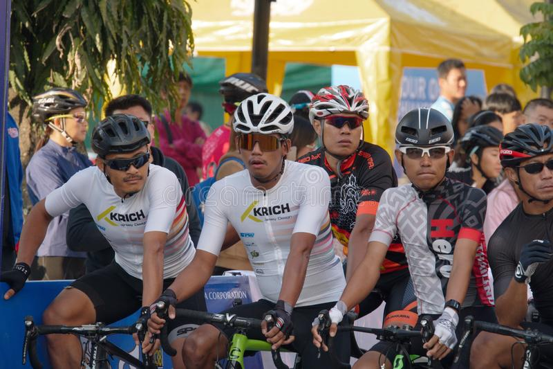 Η πρώτη πλευρά της ομάδας ποδηλατών αθλητών πριν τον διαγωνισμό στοκ εικόνες