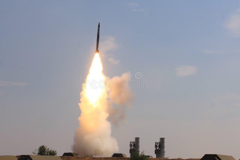 Η πτήση του βλήματος, εκδικείται, τμήμα πυροβολικού στην έρημο, η πτήση του πυραύλου, πυροβοληθε'ντα βλήματα C300, στοκ φωτογραφίες