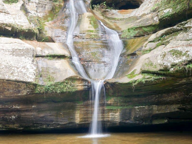 Η πτώση νερού σε παλαιό επανδρώνει τη σπηλιά στοκ φωτογραφίες