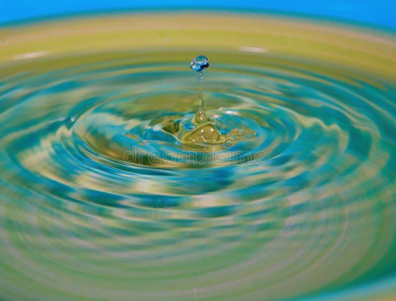 Η πτώση του νερού ή του ρευστού δημιούργησε έναν κυματισμό στοκ εικόνες με δικαίωμα ελεύθερης χρήσης