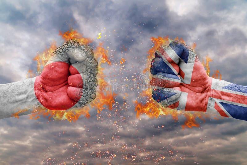 Η πυγμή δύο με τη σημαία της Ιαπωνίας και μεγάλων Βρετανών αντιμετώπισε η μια στην άλλη στοκ φωτογραφίες με δικαίωμα ελεύθερης χρήσης
