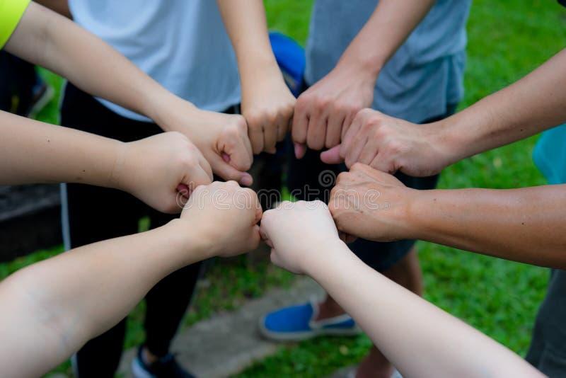 Η πυγμή χεριών ενώνει μαζί ως ομάδα ισχυρής εργασίας ομάδων στοκ εικόνες