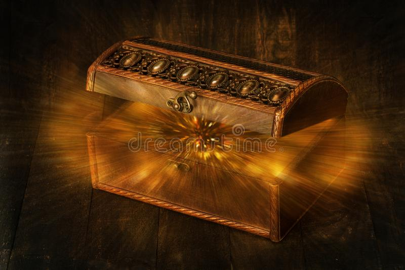 Η πυράκτωση ακτινοβολεί καταβρέχοντας από έναν παλαιό, άνοιξε ξύλινο σκοτεινό καφετή στοκ φωτογραφία με δικαίωμα ελεύθερης χρήσης