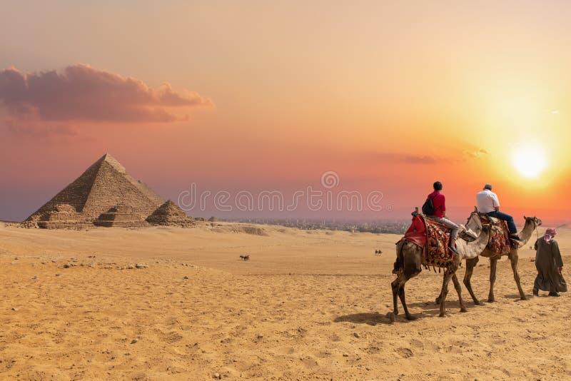 Η πυραμίδα σύνθετη Giza και των Αράβων στις καμήλες, Αίγυπτος στοκ φωτογραφίες με δικαίωμα ελεύθερης χρήσης