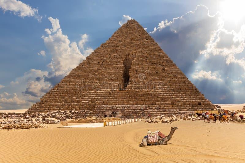 Η πυραμίδα Menkaure με τις καμήλες και τα άλογα εδώ κοντά, Giza, Αίγυπτος στοκ εικόνες