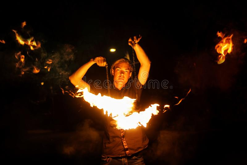 Η πυρκαγιά εμφανίζει Χορός με το POI στοκ εικόνα με δικαίωμα ελεύθερης χρήσης