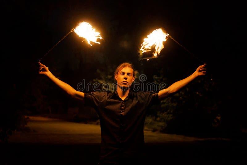 Η πυρκαγιά εμφανίζει Χορός με το POI στοκ φωτογραφία με δικαίωμα ελεύθερης χρήσης