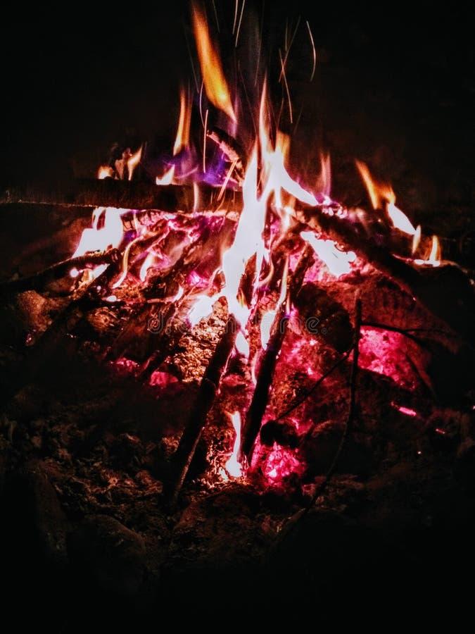 Η πυρκαγιά μέσα σε μια φλόγα παίρνει 2 στοκ φωτογραφία