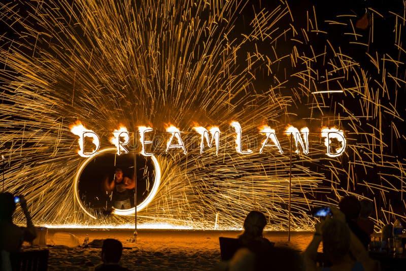 Η πυρκαγιά παρουσιάζει για τους επισκέπτες στο εστιατόριο Dreamland κατά την διάρκεια του κόμματος πανσελήνων στην παραλία Koh Ph στοκ εικόνες