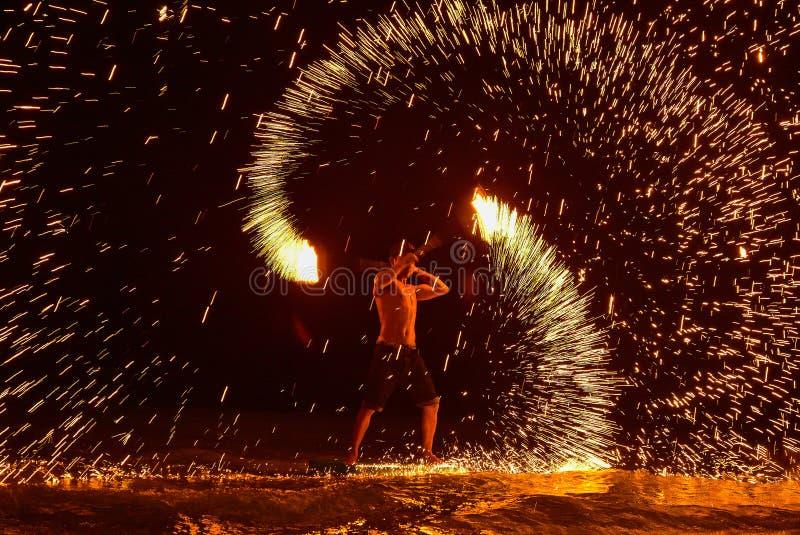 Η πυρκαγιά που χορεύει παρουσιάζει τη νύχτα στην παραλία στοκ εικόνες με δικαίωμα ελεύθερης χρήσης