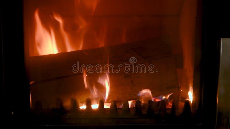 Η πυρκαγιά στη σόμπα, κλείνει επάνω, κάψιμο καυσόξυλου στοκ φωτογραφία με δικαίωμα ελεύθερης χρήσης