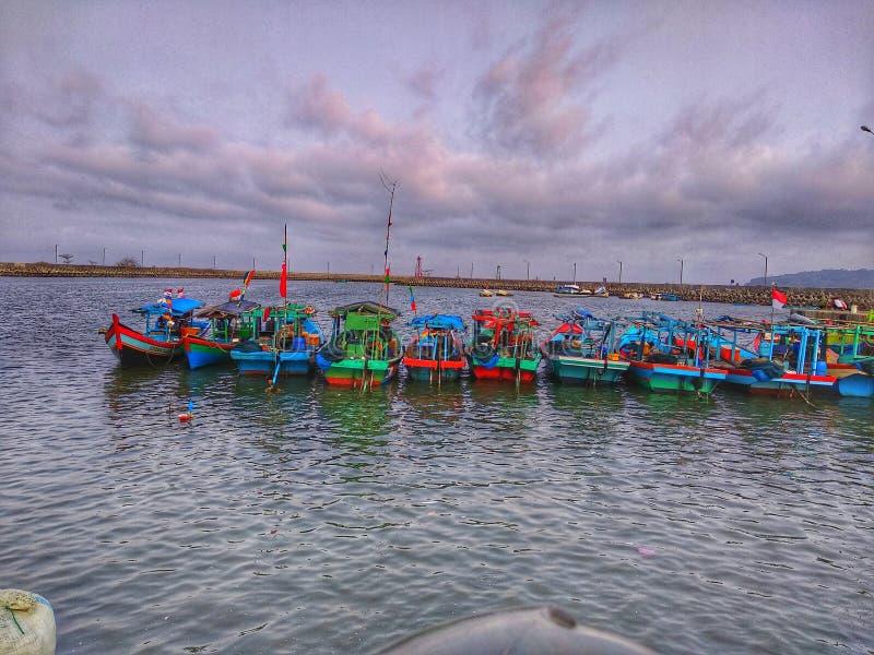 Η πόλη μου πολλοί ελλιμενίζει με τα ευθυγραμμισμένα αλιευτικά σκάφη στοκ εικόνες