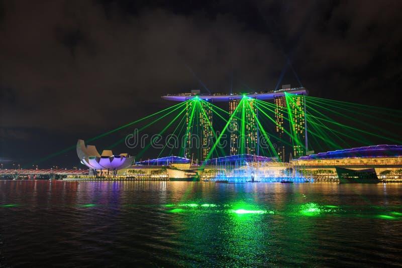 Η πόλη της Σιγκαπούρης τη νύχτα με το λέιζερ παρουσιάζει στο νερό κόλπων μαρινών fron στοκ εικόνες με δικαίωμα ελεύθερης χρήσης