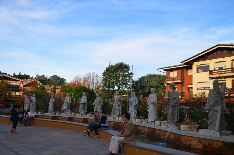 Η πόλη Gramado, Rio Grande κάνει τη Sul, Βραζιλία: οι τουρίστες στηρίζονται ενώπιον του ST Peter ` s Church Catedral de Pedra στοκ φωτογραφία