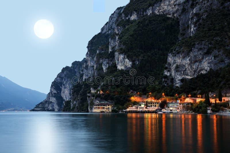 Η πόλη Riva del Garda τή νύχτα στοκ φωτογραφίες