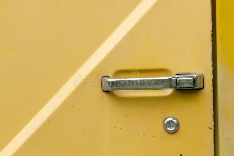 Η πόρτα αυτοκινήτων αριστερό, παλαιό στον κίτρινο στοκ εικόνα