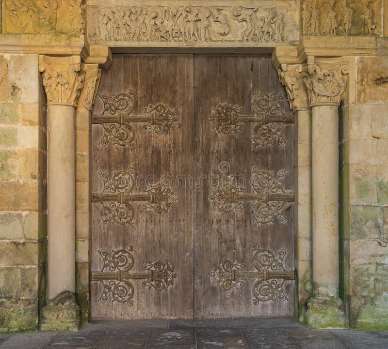 Η πόρτα εκκλησιών perrecy-les-σφυρηλατεί μέσα τη Γαλλία στοκ φωτογραφίες