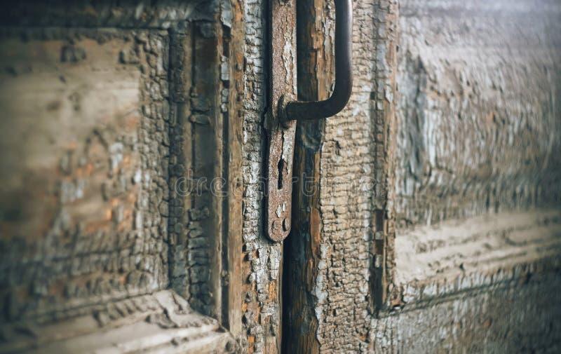 Η πόρτα του ξεχασμένου και εγκαταλειμμένου παλαιού σπιτιού στοκ φωτογραφία με δικαίωμα ελεύθερης χρήσης