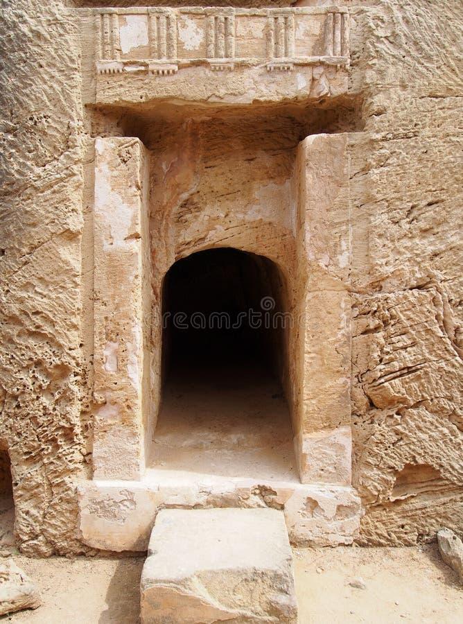 Η πόρτα χάρασε στο βράχο με τη χάραξη και τους στυλοβάτες στον τάφο των βασιλιάδων στην Κύπρο στοκ φωτογραφία