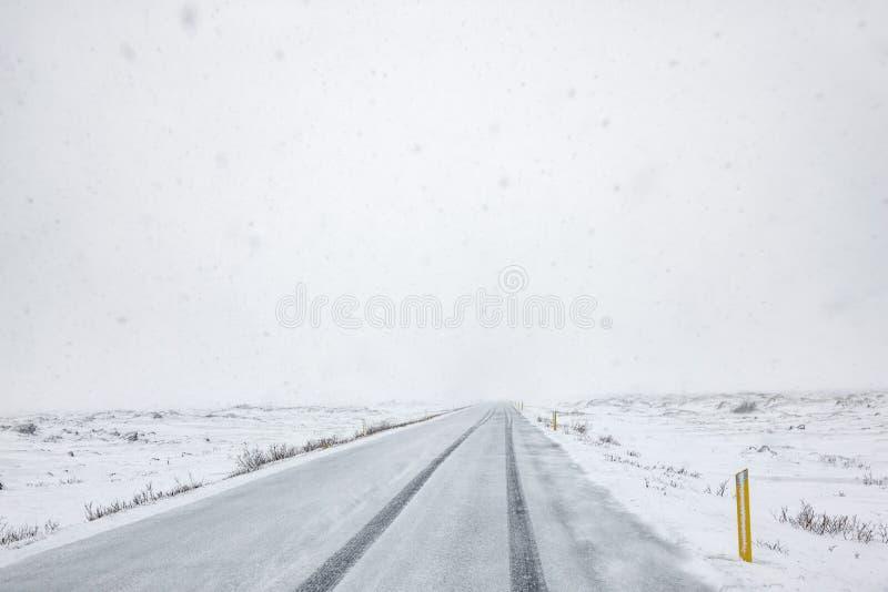 η πόλη κοντά στο δρόμο σιδηροδρόμων λάμπει ήλιος χιονιού στο χειμερινό δάσος στοκ φωτογραφίες με δικαίωμα ελεύθερης χρήσης
