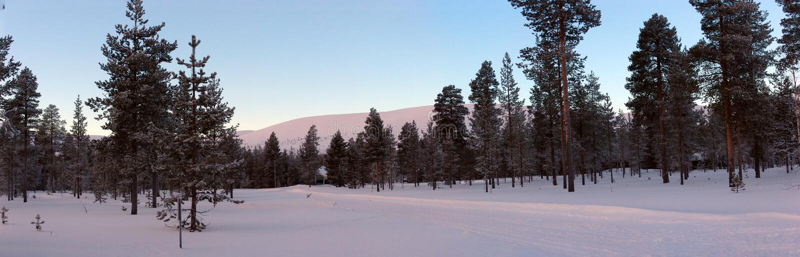 η πόλη κοντά στο δρόμο σιδηροδρόμων λάμπει ήλιος χιονιού στο χειμερινό δάσος στοκ εικόνες με δικαίωμα ελεύθερης χρήσης