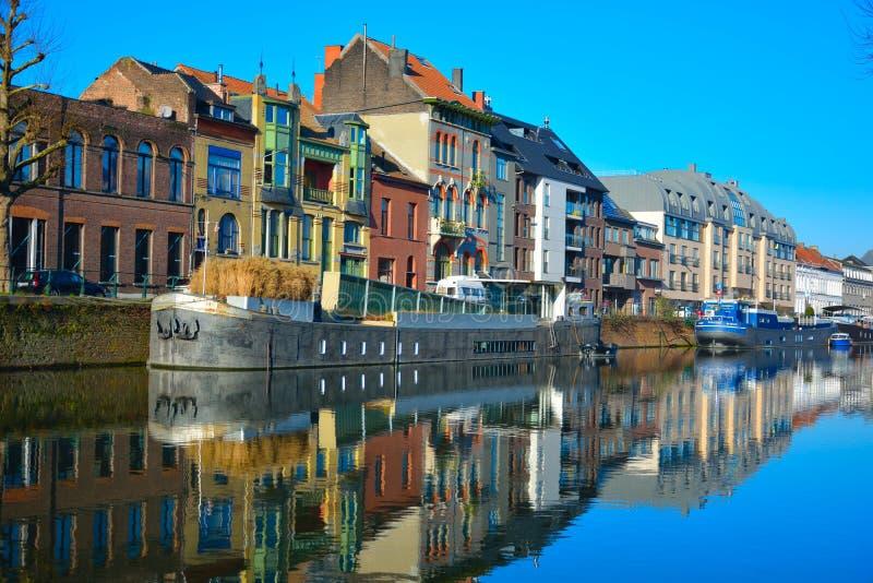 Η πόλη της Γάνδης και ένα από τα κανάλια του, σπίτι-βάρκες στοκ φωτογραφίες