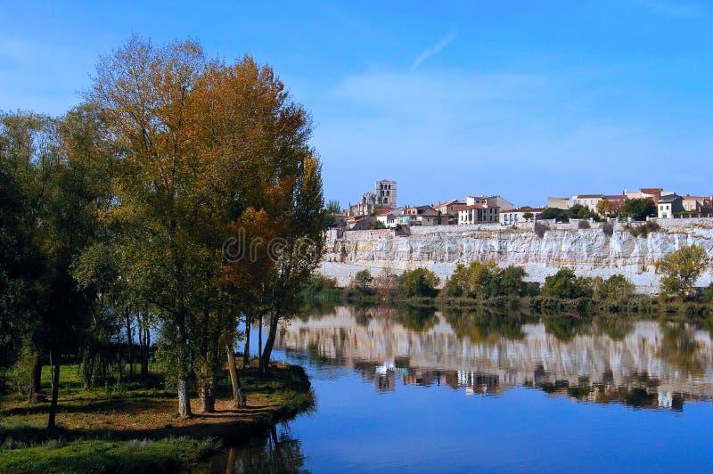 Η πόλη Zamora από τη γέφυρα πετρών πέρα από τον ποταμό Duero Καστίλλη και Leon Ισπανία στοκ φωτογραφία με δικαίωμα ελεύθερης χρήσης