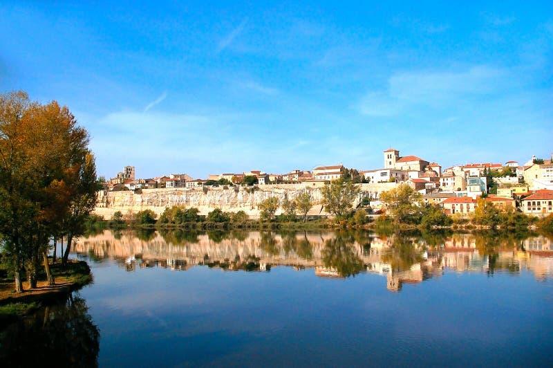 Η πόλη Zamora από τη γέφυρα πετρών πέρα από τον ποταμό Duero Καστίλλη και Leon Ισπανία στοκ φωτογραφία