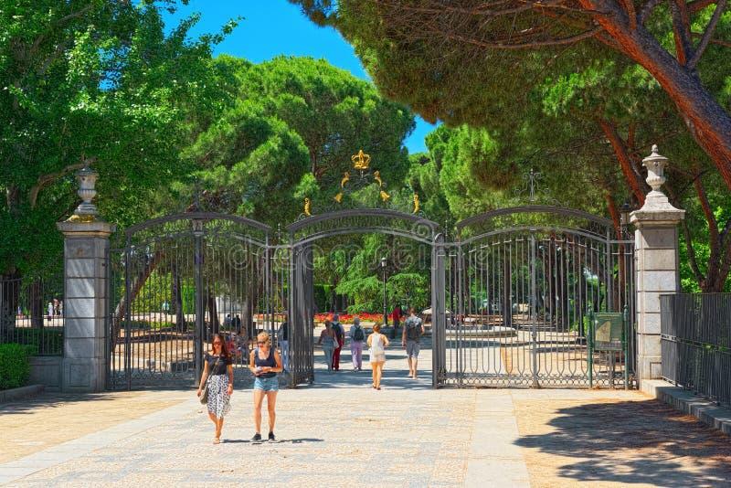 Η πύλη εισόδων σε Sabatini Gardens Jardines de Sabatini είναι ισοτιμία στοκ φωτογραφία με δικαίωμα ελεύθερης χρήσης