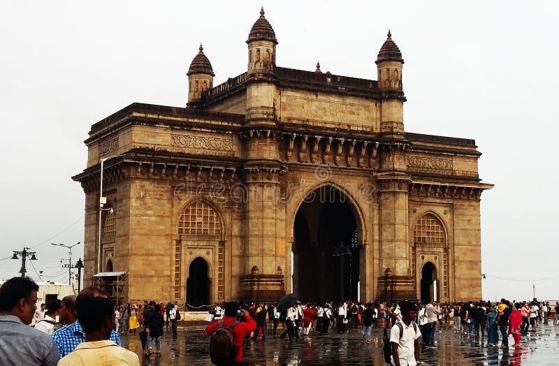 Η πύλη της Ινδίας είναι ένα μνημείο αψίδων που χτίζεται κατά τη διάρκεια του 20ου αιώνα σε Mumbai Ινδία στοκ εικόνα