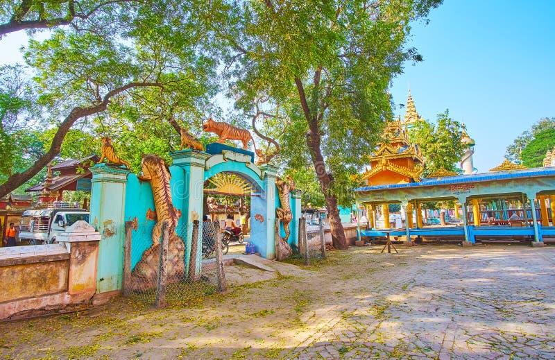 Η πύλη τιγρών, μοναστήρι Thanboddhay, Monywa, Myanma στοκ εικόνα με δικαίωμα ελεύθερης χρήσης