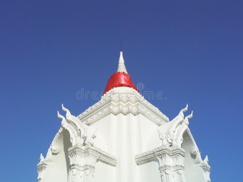 Η πύλη της άσπρης ταϊλανδικής παγόδας σε Nonthaburi, Ταϊλάνδη στοκ εικόνες με δικαίωμα ελεύθερης χρήσης