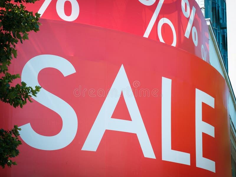 Η πώληση λέξης στην πρόσοψη storefront/οικοδόμησης στην περιοχή αγορών στοκ φωτογραφία με δικαίωμα ελεύθερης χρήσης